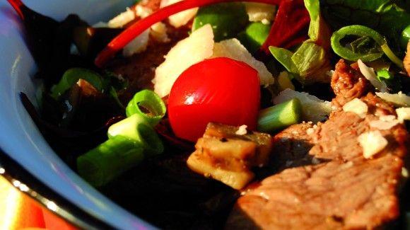 Salade met biefstuk, aardappel, aubergine & tomaatjes