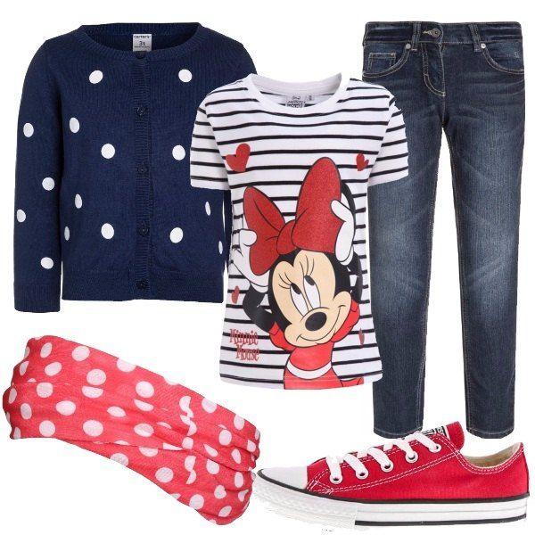 Jeans scuro, modello skinny, a vita alta abbinato ad una t-shirt a manica corta con scollo tondo e stampa Minnie Mouse e ad un cardigan a pois con chiusura a bottoni. Sneakers basse rosse, Converse e scaldacollo con fantasia a pois.