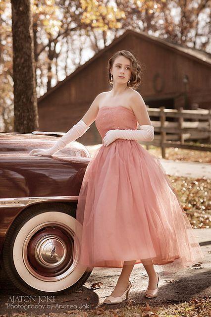 Vintage senior picture idea for girls. Vintage senior pictures. #vintageseniorpictures #seniorpictureideasforgirls