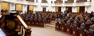 Jóvenes denuncian presunta extorsión de policías y terminan en el MP | [Excélsior]