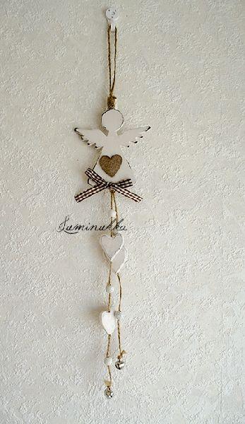 Puinen, rustiikkisen valkoinen pieni enkeli runsain koristein ja hauskasti kilisevin kelloin, kokonaispituudeksi kertyy jopa 44 cm. // Wooden, rustic white cute little angel with lots of small decorations, for example tinkling bells. Total length is whopping 44 cm!