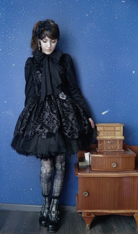 Gorgeous gothic lolita outfit by laceandforest @ livejournal. I love the textures.