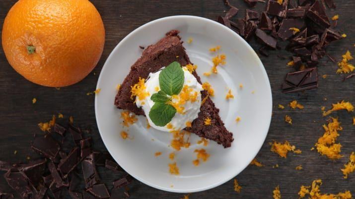 材料:23cm丸型、8-12人分<ケーキ>ダークチョコレート(砕く) 230g無塩バター 70g卵黄 6個 オレンジの皮(削る) 大さじ2 卵白 6個分砂糖 100g<オレンジクリーム>生クリーム 230gオレンジ果汁 小さじ1粉糖 大さじ2オレンジの皮(削る、トッピング用)適量作り方1. オーブンを140℃に予熱する。型にうすく油(分量外)を塗っておく。
