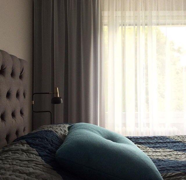 Parallella skenor med tunn voile i tyget Satriano närmast säng och Dimout tyg från Delius närmast fönster. Önskar du prisuppgift maila oss på info@mywindow.se