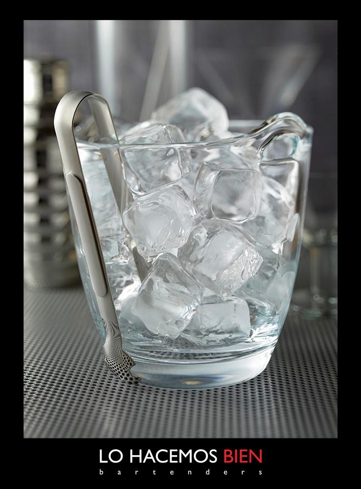 Tip: El Hielo    El hielo es el ingrediente base de todo cocktail. Para enfriar su trago por más tiempo y nosotros tener un control preciso de la preparación usamos siempre cubos de buen tamaño. Siempre lo tomamos con pinza de hielo o pala, nunca con la mano.