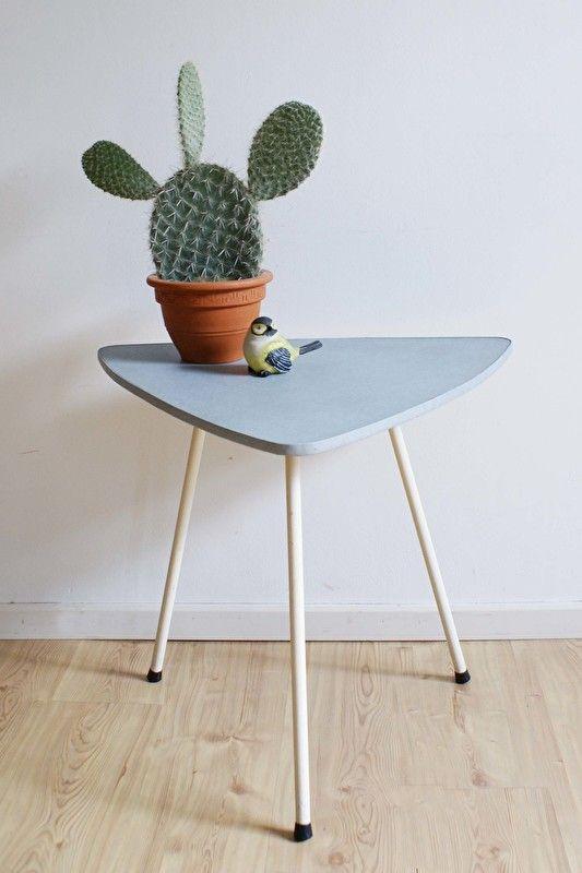 Kek vintage tafeltje. Retro salontafel in pastel blauw en wit.