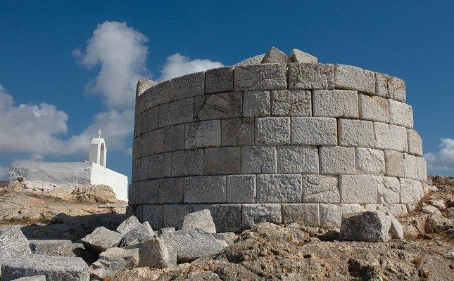 Ο Άσπρος Πύργος και, στο βάθος, το ξωκλήσι του Αγίου Χαραλάμπους, στην ευρύτερη περιοχή του Κουταλά! #travel #greece #serifos #island http://diakopes.in.gr/afieromata/dutikeskyklades/article/?aid=208338