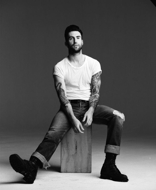 O vocalista dos Maroon 5, Adam Noah Levine é a nossa inspiração de fim-de-semana. O cantor norte-americano foi considerado pela revista People o homem mais sexy do mundo... #adamlevine #maroon5