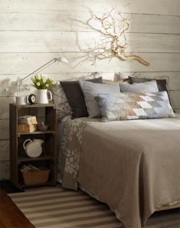 wooden crate/box. caja de madera. storage. almacenaje. decoration. decoración. bedroom. dormitorio. vintage