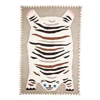 Ullteppet Otis flat on a belly fra House of Rym er et luksuriøst teppe vevd for hånd. Den er designet av Elisabeth Dunker og er inspirert av gamle, tradisjonelle tibetanske tigertepper. Det er et artig og unikt teppe som passer like godt på barnerommet som foran sofaen. Og ikke bli skremt, Otis er en snill tiger som ikke vil skade deg! Fins i flere forskjellige størrelser.