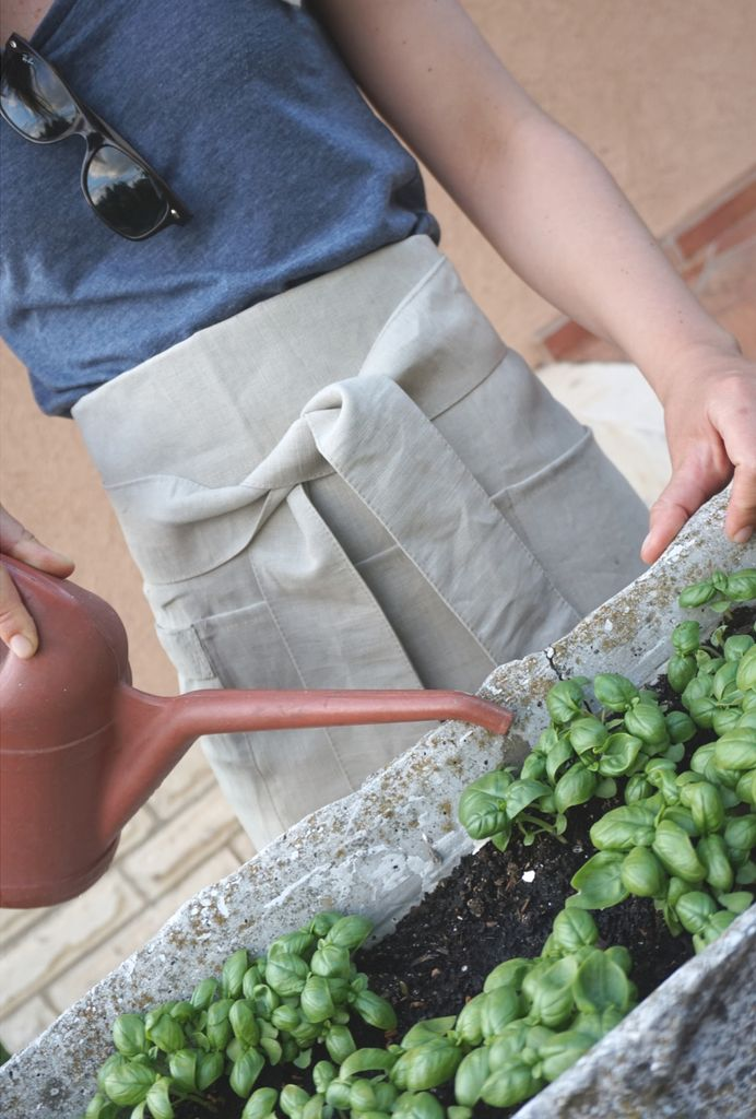 Linen apron not only in the kitchen. Love basil :)