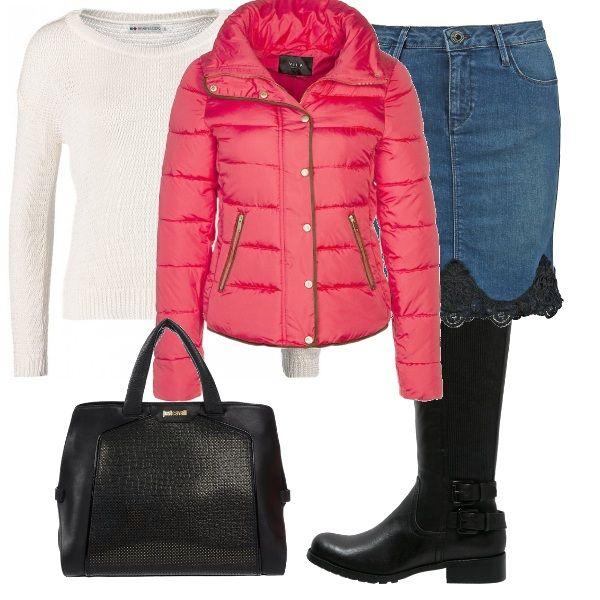 Splendido il colore del giaccone imbottito, un bel colore acceso per una giornata di sole o un pomeriggio di bruma. Amiamo questa gonna di jeans con inserti di pizzo, da indossare con un bel paio di stivali da bikers e una borsa in tinta.