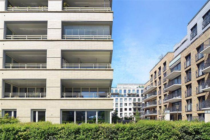 Te koop: Spadinalaan 30, Amsterdam - Hoekstra en van Eck - Een zeer net appartement van circa 92 m2 gelegen op de tweede etage, met een ruim balkon op het Zuidoosten, eigen berging en twee parkeerplaatsen in de kelder. De woonkamer is zeer ruim van opzet en sluit mooi aan op het balkon. Het balkon kan desgewenst ook gesloten worden met een glazen wand. Het ligt aan de zonzijde en is lekker beschut.