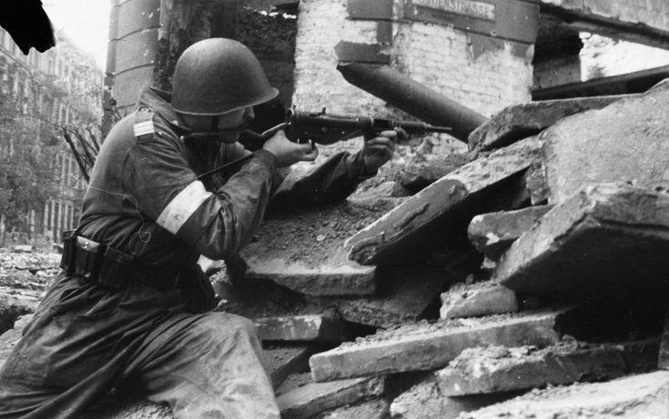 Варшавский повстанец из батальона «Сокол» в уличном бою с пистолетом-пулеметом «Стэн»