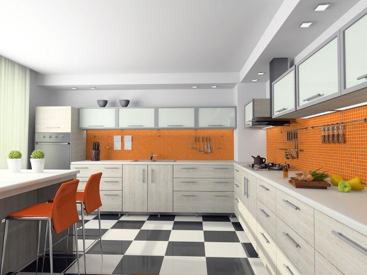Orangefarbenen und weißen Küche mit Silber Schränke und karierten schwarzen und weißen Stock