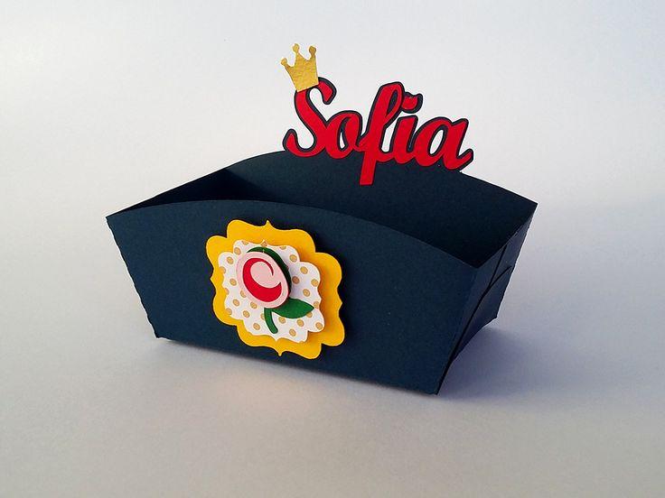 Caixa para cachorro quente no tema da Bela e a Fera, personalizada com o nome da aniversariante. Fica linda na decoração da Festa A Bela e A Fera.