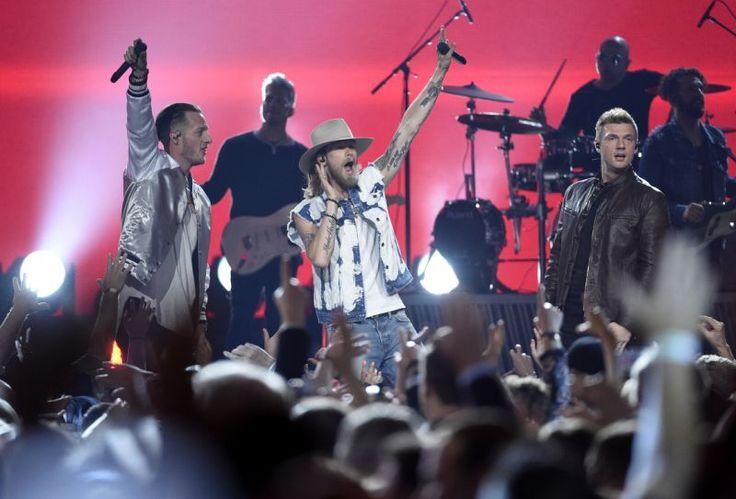 Nick Carter, de la dreapta, a Backstreet Boys, și de la stânga, Tyler Hubbard, și Brian Kelley, din Florida Georgia Line, efectua la 52nd Academy anual de Country Music Awards la T-Mobile Arena pe Duminica 2017-04-doi, în Las Vegas.  (Fotografie de Chris Pizzello / Invision / AP)