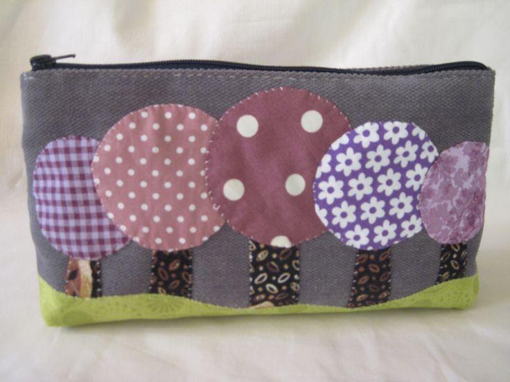 Trousse à maquillage pour femme- trousse à maquillage romantique en tissu gris avec un décor forêt violet : Trousses par nature-couture