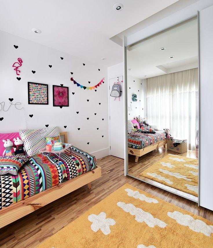 Este quarto descolado, cheio de @amomooui, foi projetado pela arquiteta @gabiworks para Sophia de 11 anos.  A arquiteta resolveu seguir uma linha descolada e colorida, sem usar o tom rosa em excesso, para que o quarto seja atemporal e acompanhe o crescimento da Sophia.  O destaque fica para a parede decorada com adesivos de corações pretos e a roupa de cama na estampa AFRICA.  Cadeira, tapete, acessórios e bonecas da @mimootoysndolls finalizam os detalhes.  #decoration #girlsroom…