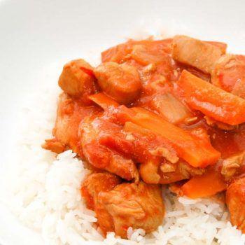 Kylling gryderet med tomatsovs. Lækker vietnamesisk mad. Nem gryderet. Stærk gryderet med chili og ingefær. Superlækker kyllingeret og gæstemad.