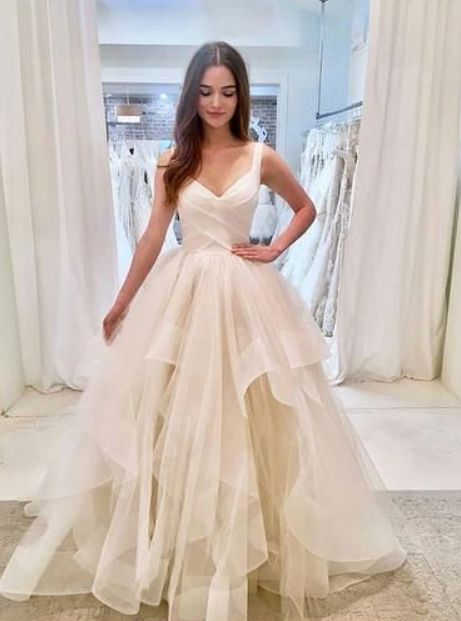 White, long-sleeved dress in tulle with tulle, white evening dress
