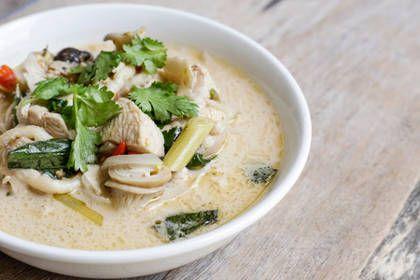 """Découvrez notre version de la Tom Kha Kai, la fameuse """"soupe"""" thaïlandaise au poulet, lait de coco et galanga !  Rapide et facile, toutes les saveurs de la Thaïlande dans une assiette !"""