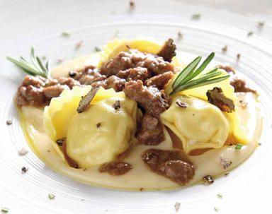 Tortelli di uova doca al profumo di rosmarino con farcia di carpa del lago su fonduta di caciotta di colfiorito con ragu di cervo e tartufo nero di norcia | | Ricette | Demetra Srl