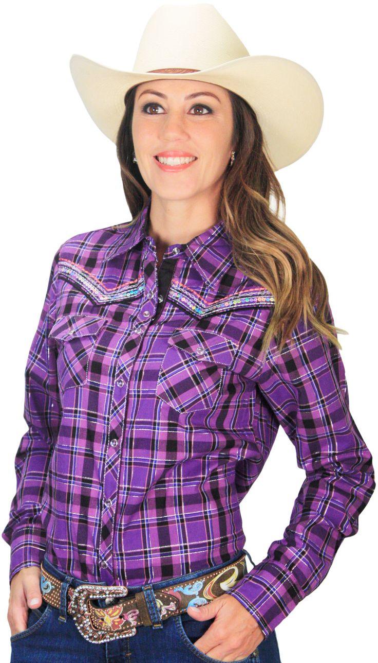 Camisa Feminina Country Xadrez Cowgirl Up Roxa com Lilás    Camisa feminina xadrez, com botão de pressão, pedras, lantejoulas, dois bolsos frontais e bordado nas costas. Feita em 100% algodão para a cowgirl que ama estar na moda. Atual e moderna, essa camisa se torna um excelente presente e indispensável no guarda roupas da cowgirl que está sempre por dentro da moda country.