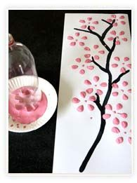 Peindre des fleurs de cerisier avec une bouteille.