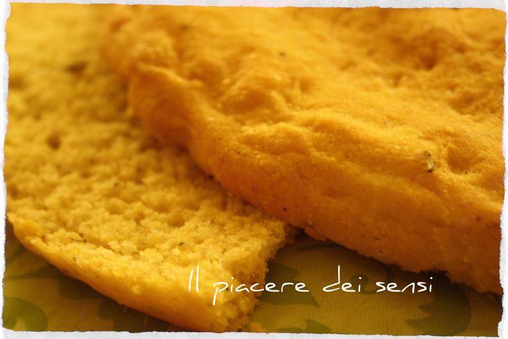 Focaccia con farina di mais al rosmarino