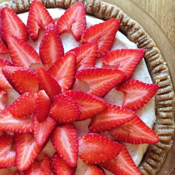 """Când spui """"cheesecake"""" nu prea te gândeşti şi la desert sănătos, nu-i aşa? Ei bine, de acum vei putea face cu uşurinţă această asociere. Varianta de cheesecake pe care ţi-o prezentăm este cremoasă, cu aroma delicioasă de lămâie şi savuroasă, dar este şi fără lactate, fărăouă şi fără zaharuri rafinate."""