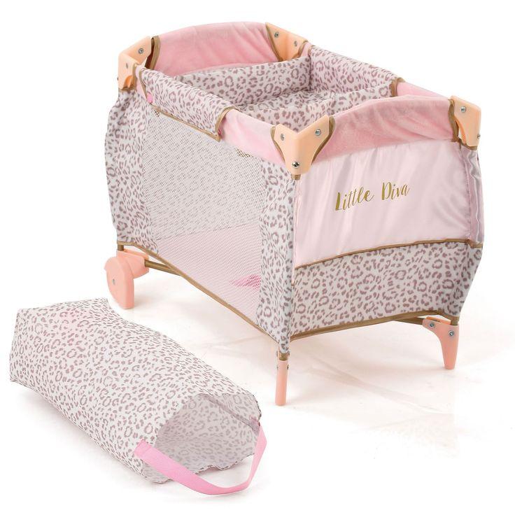 Bedtijd poppenkind! Laat je pop slapen in dit schattige Little Diva poppenbedje van Hauck. Door de handige wielen onder het bed kan je hem makkelijk verplaatsen. Klap het bed makkelijk in en vervoer hem in de meegeleverde draagzak. Het bed is gemaakt van stevig kunstof en komt inclusief deken en kussen. Geschikt voor poppen tot 46 cm. Afmeting: verpakking 41 x 28 x 12 cm - Hauck Little Diva Baby Poppenbed