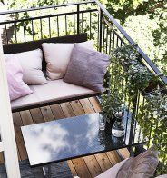 Un petit balcon peint en bleu - Marie Claire Maison
