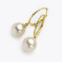 14 K gold pearl earrings. Simply exquisite. Check out how Emma Watson wore beautiful pearls against an orange Dior dress at the 2014 Golden Globes. http://en.vogue.fr/jewelry/red-carpet/diaporama/golden-globes-2014-the-jewelry-cate-blanchett-chopard-chaumet-jennifer-lawrence-emma-watson-dior-amy-adams-cartier-bulgari-naomi-watts-julia-roberts-harry-winston-helen-mirren-reese-witherspoon-chanel-drew-barrymore/17077/image/903884#!golden-globes-2014-jewelery-emma-watson-dior