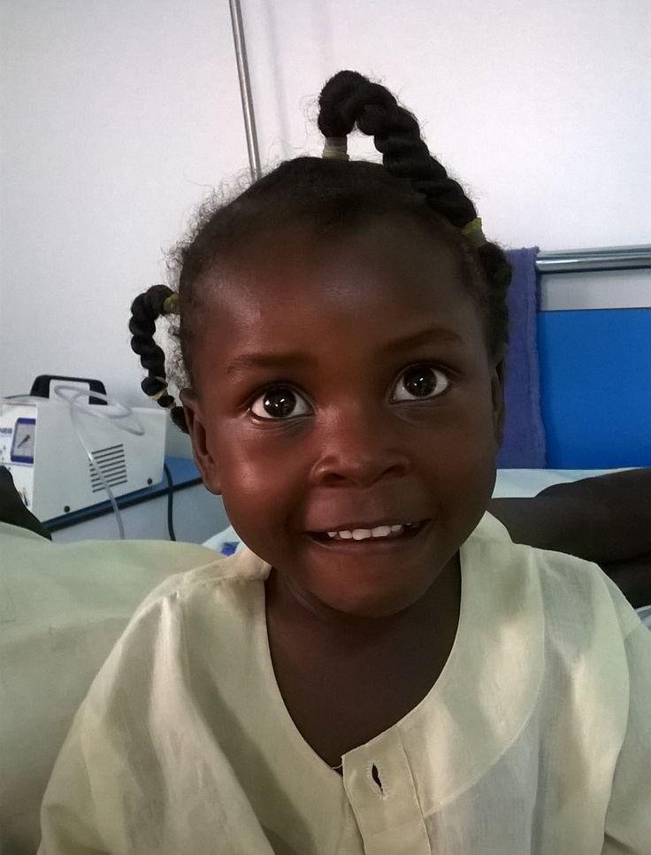 L'inverno in #Sudan è stato uno dei più rigidi degli ultimi trent'anni. E infatti nel nostro Centro pediatrico a #PortSudan quest'anno i ricoveri per patologie a carico delle vie aeree sono aumentati significativamente. Tra i bambini che abbiamo curato c'è Raheel, 6 anni. È stata ricoverata da noi per 8 giorni: essendo asmatica, le sue condizioni erano più gravi e oltre agli antibiotici ha avuto bisogno di altre cure. E una volta guarita... non voleva più smettere di farsi fotografare!