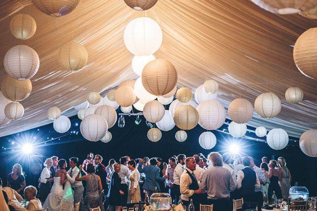 Zaal versierd met gespannen doeken en witte en gouden lampionnen. Romantisch ❤️…