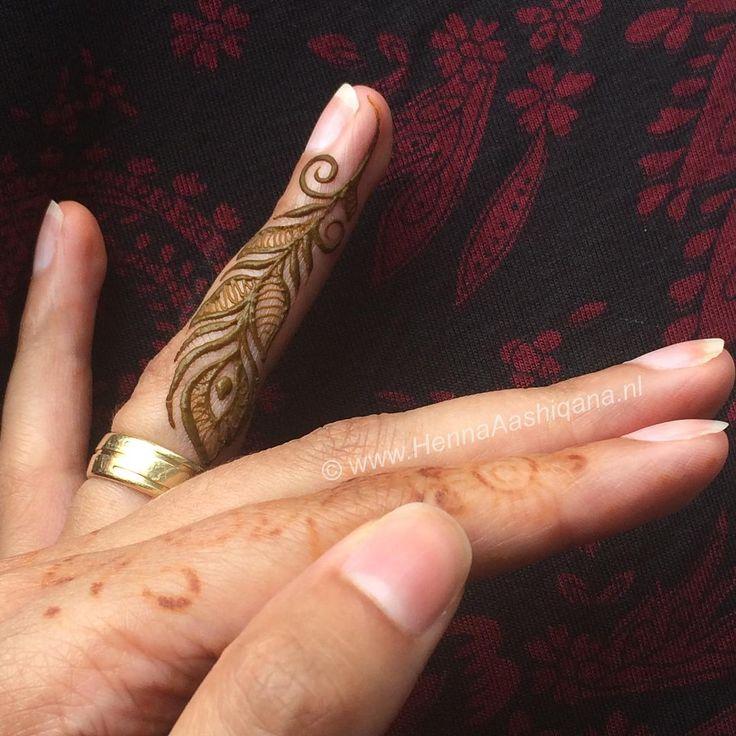 Random henna doodle aan de binnenkant van mijn ringvinger, aangezien de rest van mijn hand nog vol zit met vervagende henna designs ||  Random henna doodle on the inside of my ringfinger as the rest of my hand is still coverend with fading henna designs #hennaaashiqana #randomdoodle #fingerhenna #small #naturalhenna #naturalmehndi #peacockfeather