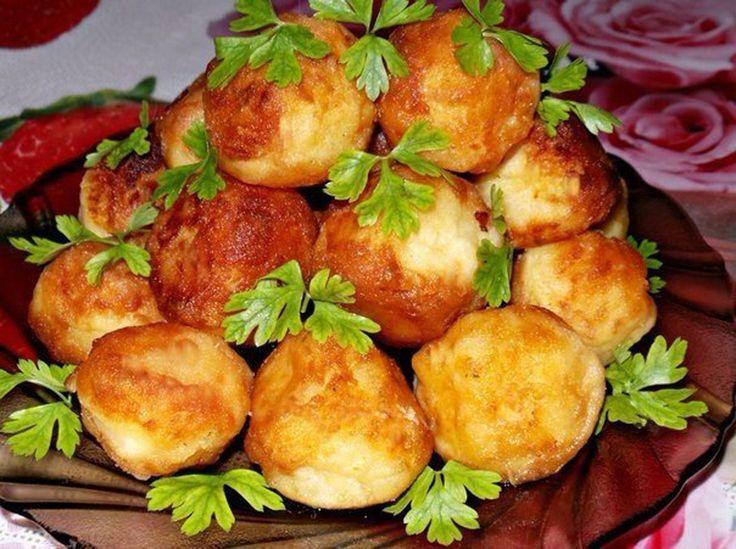"""""""Crochetele din cartofi"""" sunt o mâncare foarte delicioasă și apetisantă – o alternativă mult mai atractivă a banalului piure de cartofi. Se prepară nemaipomenit de ușor și pot fi servite atât simple, cât și ca garnitură la preparatele din carne sau pește. Savurați-le cu plăcere! Echipa Bucătarul.tv vă dorește poftă bună alături de cei dragi! …"""