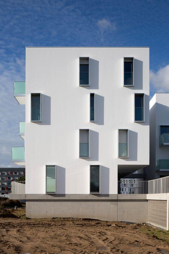 Ce programme résidentiel de 51 logements est situé dans l'écoquartier de la Bottière-Chênaie à Nantes. Quatre bâtiments bordent une cour et une série de larges passerelles qui mènent à des logements sur deux niveaux avec terrasses ou balcons. Un...