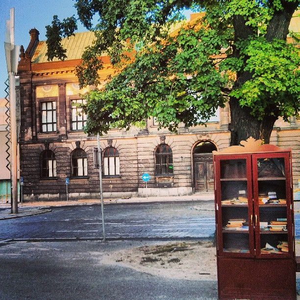 Found on #Starpin #stacjapoznanglowny #tree #bookstand #books #street #museum #square #poznan