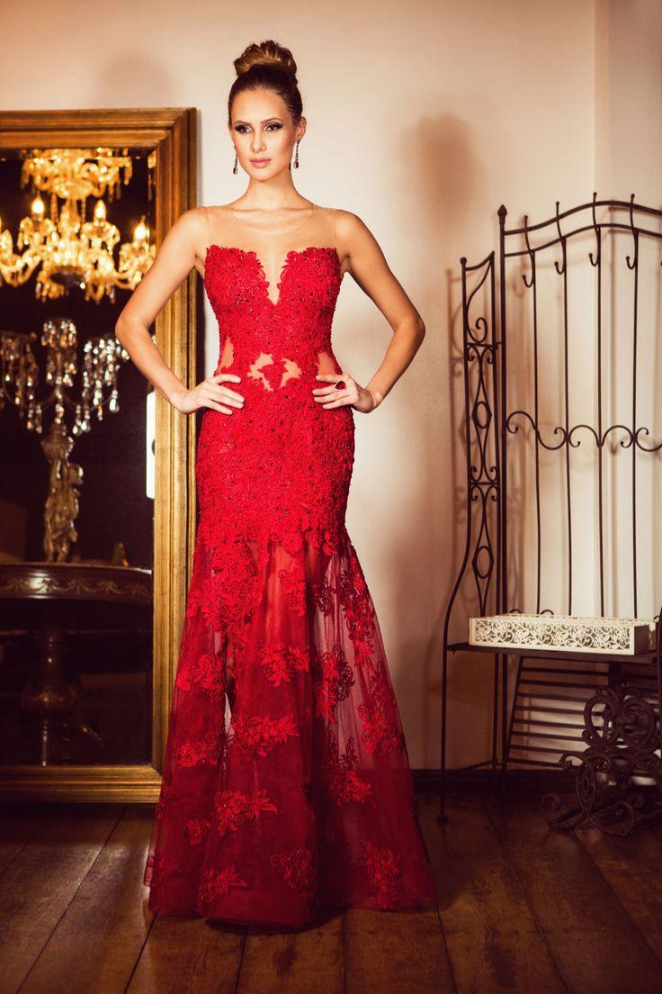 As rendas são indispensáveis para os vestidos de festa, sejam elas aplicadas em tule, sobrepostas ao longo do corpo ou bem espaçadas, como na barra deste modelo vermelho sereia assinado pela estilista Inês Maximus.