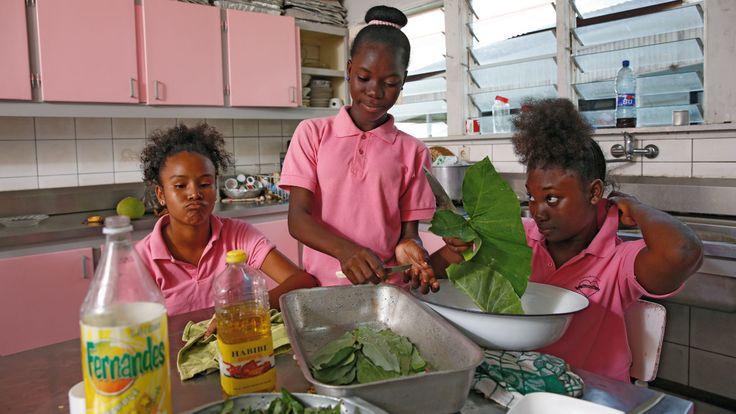 SURINAME - In het Maria Internaar in de Surinaamse hoofdstad Paramaribo wordt het eten verzorgd door de oudere meisjes die er wonen.