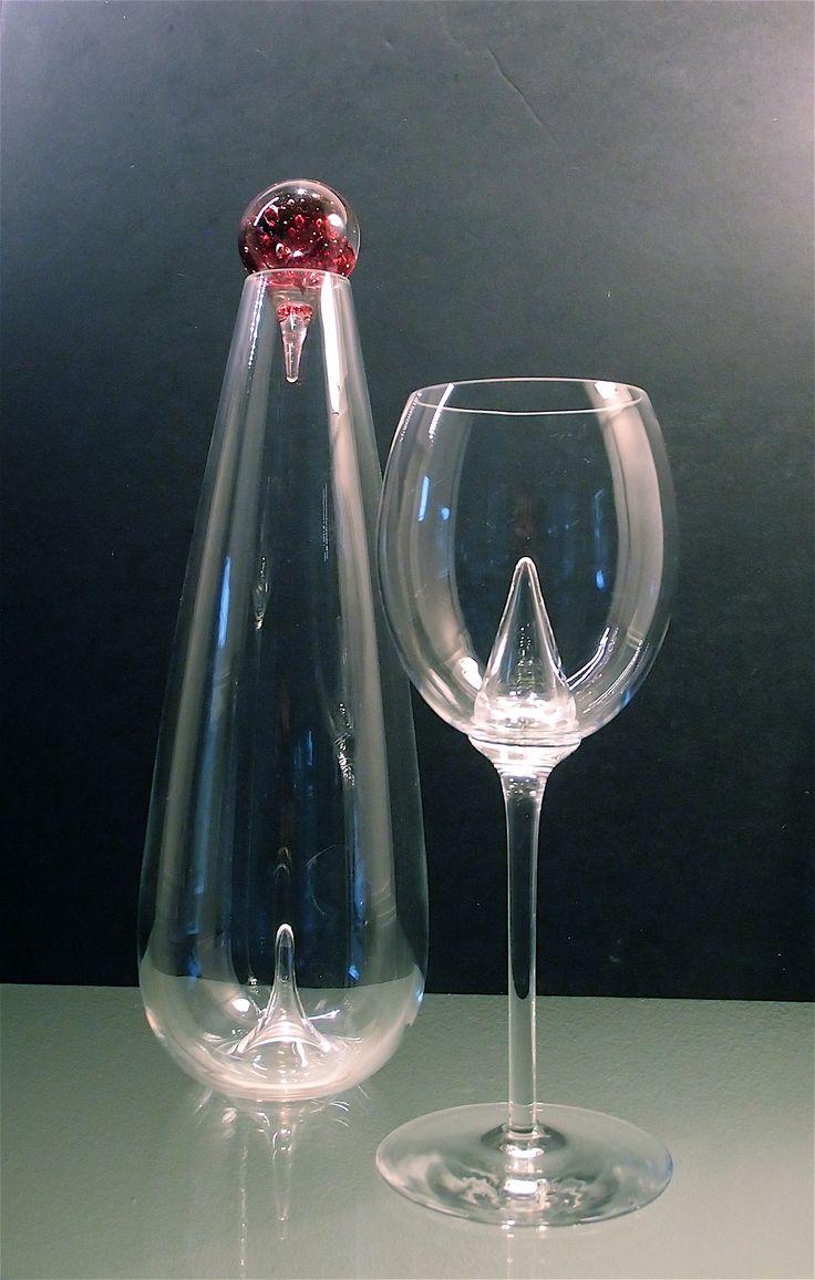 """Karaf voor rode wijn en wijnglas voor rode wijn. Ontwerp Tirza Verrips. Kristal glas. Uit de serie DdroPp"""" Direct leverbaar."""