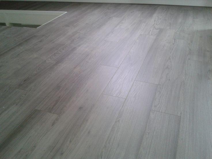 Vloeren worden van PVC. Voordelen: sterk, gemakkelijk schoon te houden. Mooiere uitstraling dan linoleum of marmoleum.