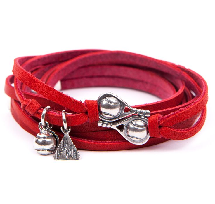 Pulsera Contrapared. Pulsera cuatro vueltas de tiretas de cuero en color rojo, con doble pala, logo de PLATA de PÁDEL y bola, todo ello en plata de ley envejecida. Elaborada artesanalmente en España.