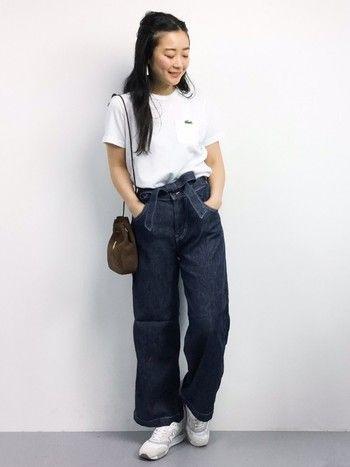 女性らしいウエストリボン付きのワイドデニムパンツも、白Tシャツとスニーカーでちょっぴりメンズライクに。バッグを小さめのものにするとかわいらしい印象になりますね。
