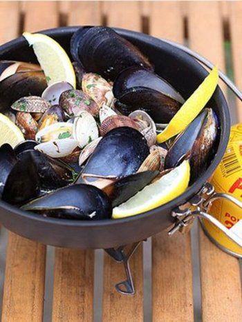 海の香りが味わえる簡単なのにおしゃれなメニュー。お酒も進みます♪残ったスープは、貝の出汁がたっぷり含まれているのでパスタと和えてもよし。