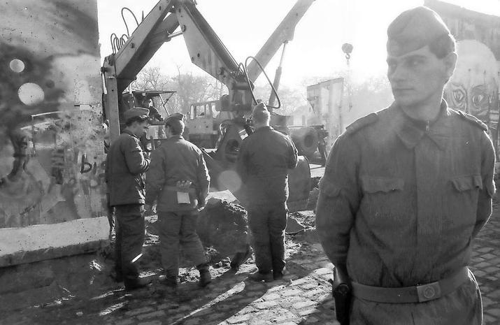2182 Die Mauer ist offen: Hier hielt unser Leser den staubigen Abriss an der Elsenstraße in Berlin-Treptow fest.  Foto: Joachim Schörbach