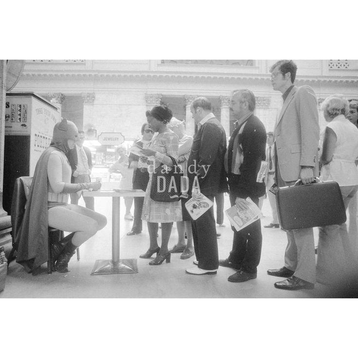 """1976 Chicago, Union Station. La quotidianità di #Batman. Il supereroe acquista, come qualunque altro passeggero, un biglietto della #metropolitana ma inevitabile segue l'assedio di ammiratrici ed ammiratori. La serie di quattro scatti di  """"WOMEN WANT BATMAN"""" decontestualizza la banale promozione di una lotteria locale, sovrapponendovi un divertente livello di realtà. #vintage #fotografia"""