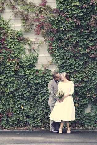 modernes 50er Jahre Brautpaar mit elegantem 50er Jahre Brautkleid mit Uboo-Ausschnitt und tea-length Tellerrock, Petticoat und Ärmeln (www.noni-mode.de - Foto: Framboise Design)